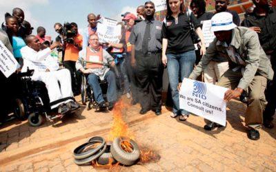 Deficientes Sul Africanos queimam pneus em um piquete da Copa doMundo