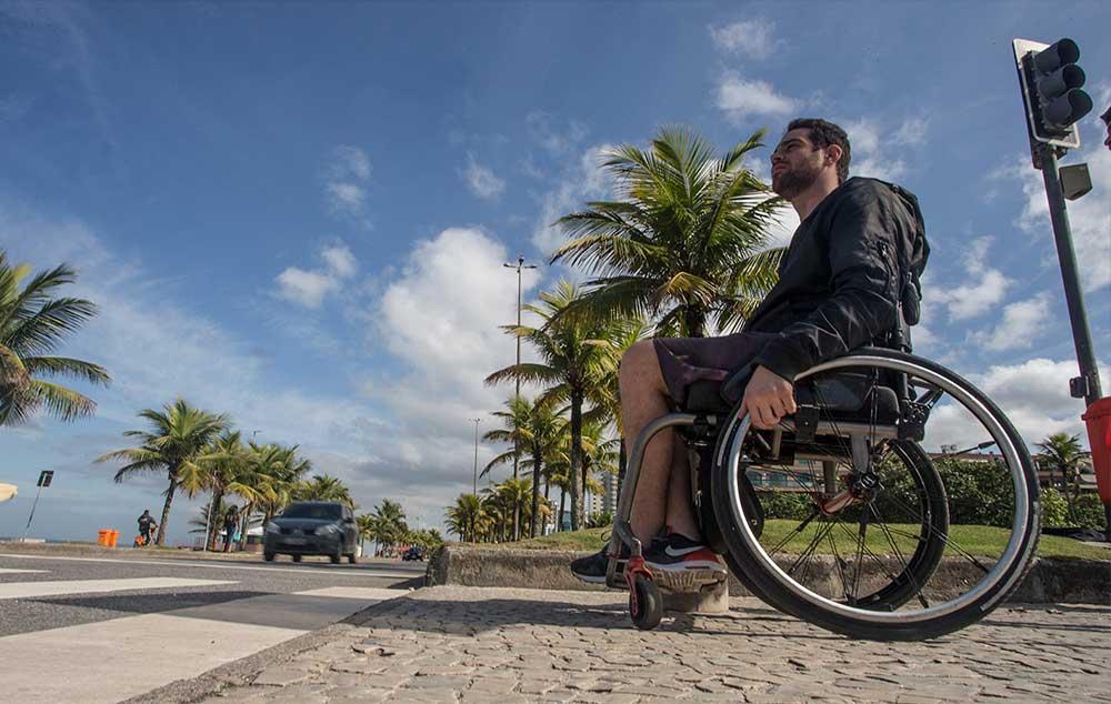 Em alguns semáforos para pedestres, o tempo fornecido para a travessia é muito curto para pessoas com deficiência