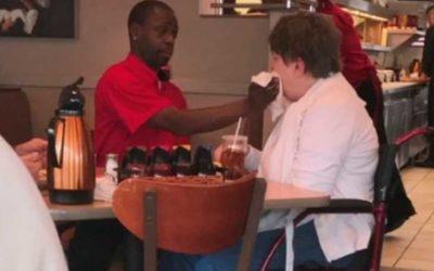 Garçom ajuda cliente com deficiência há 7 anos e gesto emociona