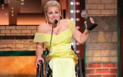 Cadeirante ganha Oscar do teatro. A atriz de Glee também reclama da falta de acessibilidade.