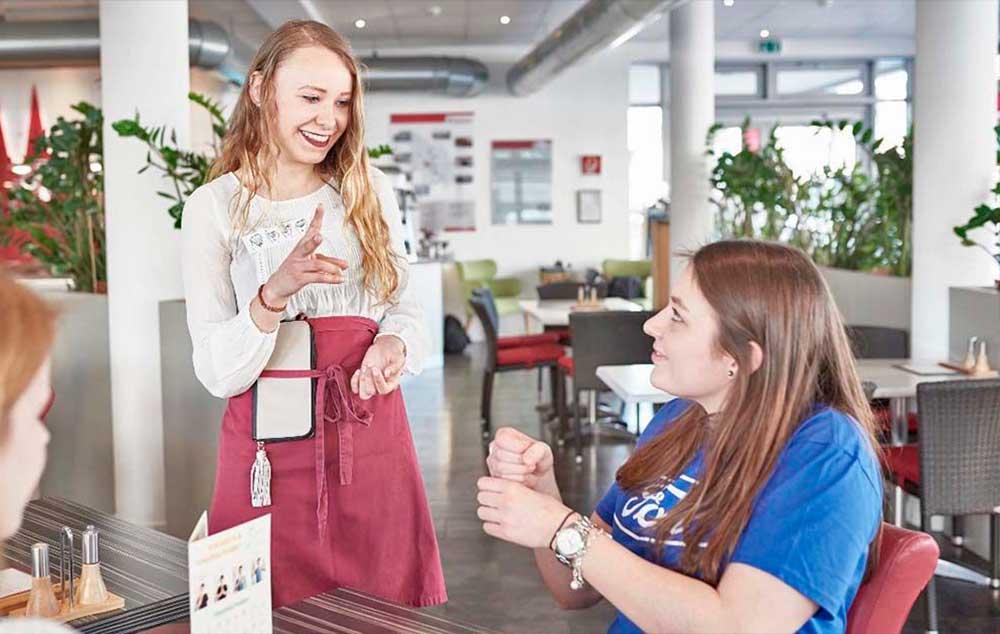 Camareros aprenderán lengua de signos. Hablando de la manera en que los sordos entienden.