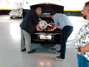 Jô Soares de cadeira motorizada. Utilizando de tecnologias assistivas para a independência.